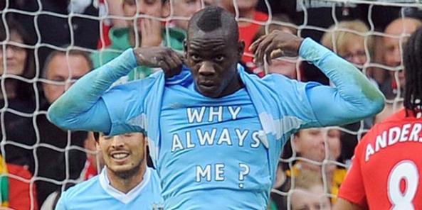 """arti kaos balotelli bertuliskan """"why always me?"""""""